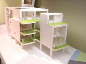 グリーンが効果的に配置され、風景になじむ建物。
