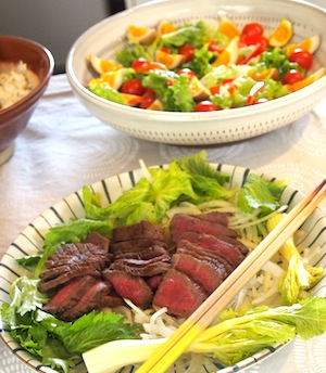 手前はローストビーフ。奥は薫製たまごを使った野菜サラダです。