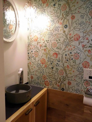 お手洗いはボタニカル柄の壁紙にキラキラ照明、木の内装で、これまた可愛らしい。
