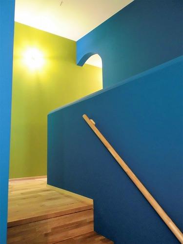 たとえば階段は、青×黄緑で、いきいきと。
