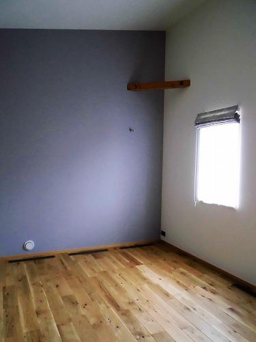 一方、個室は淡い色合い。こちらのお部屋はラベンダー色がお洒落。